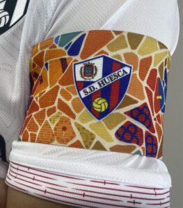 Brazalete de la SD Huesca contra el FC Barcelona Barca